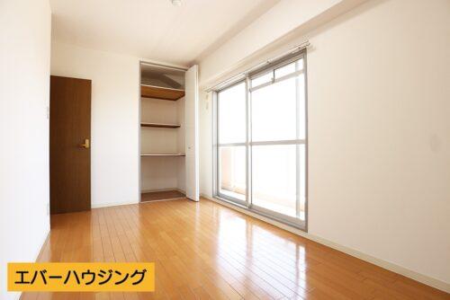 洋室7.4帖のお部屋。収納スペースもございます。