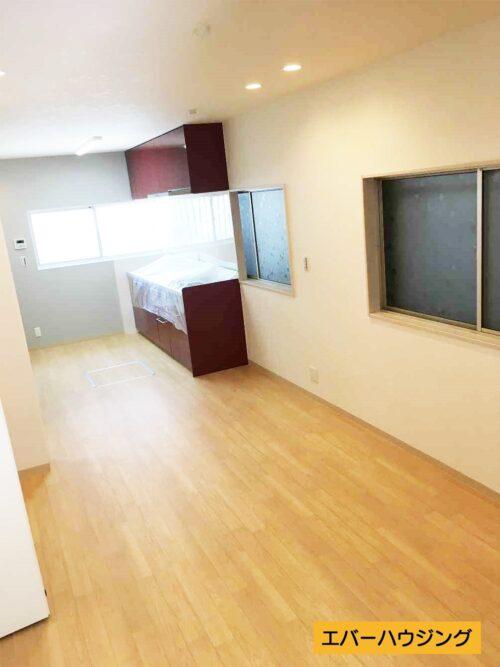 ナチュラルな内装ですので、家具の色味を合わせやすいですね。キッチン奥にはアクセントクロスを使用してオシャレな空間に♪