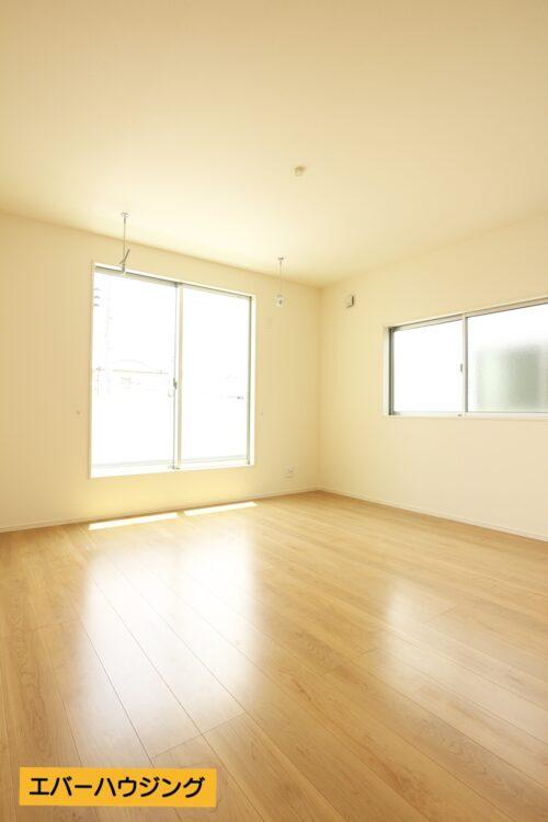 リビングはナチュラルな内装ですので、家具の色味を合わせやすいですね。