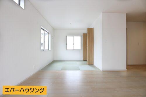 淡い色の床材とホワイトのクロスがお部屋の中を明るくしてくれます♪