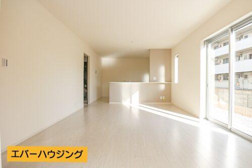 淡い色の床材なので、お部屋の中がより明るく感じられます。