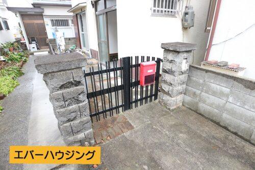 玄関前には門があります。