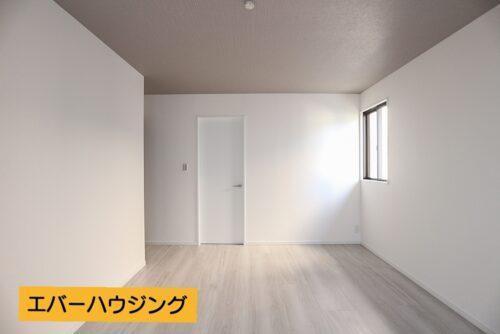 2階の洋室9帖です。9帖のお部屋にはウォークインクローゼットがございます。