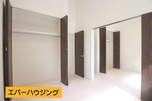 2階の洋室5.3帖のお部屋です。横の5.3帖のお部屋との間仕切りを開放すると約10帖の広々としたお部屋に。