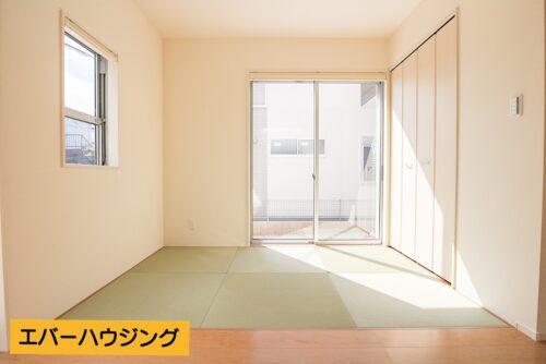 リビングに面した畳コーナーです。 収納スペースもございます。
