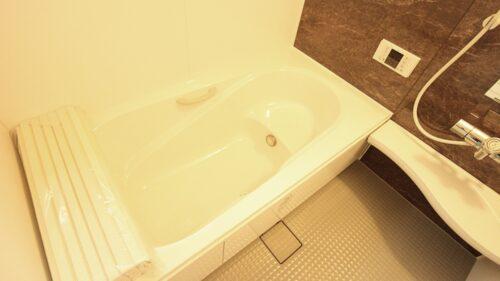 ゆったり浸かれる浴槽です。