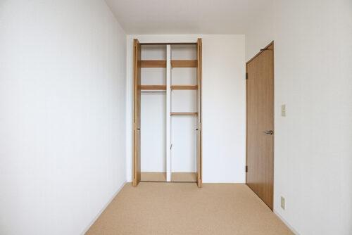 洋室4.7帖のお部屋です。各居室にはクローゼット収納もございます。(2021年4月27日)撮影
