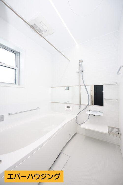 【同形状・同仕様の写真です】浴室乾燥機付きの浴室です。