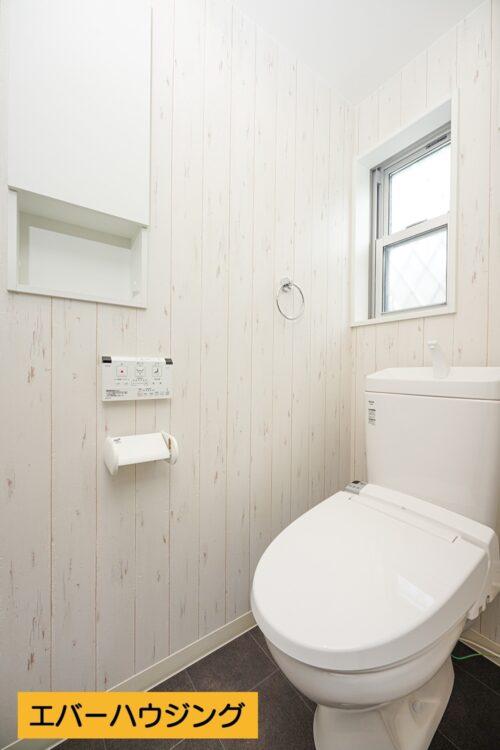 【同形状・同仕様の写真です】洗浄機能付きトイレです。