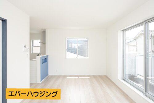 【同形状・同仕様の写真です】リビングは約17帖の広さです。ナチュラルな内装で家具の色味を合わせやすいです。