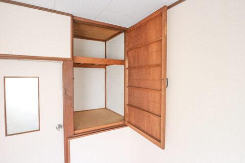 洋室スペースには、扉付きの収納棚がございます。収納は奥行きがあるのでしっかり収納出来ます。