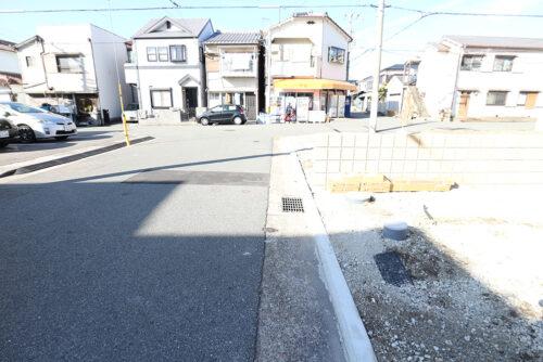 現地の前面道路です。道路幅員約6mです。