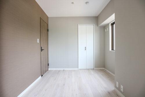 洋室6帖のお部屋。シンプルな内装なので家具の色味を合わせやすいです。(2021年6月)撮影