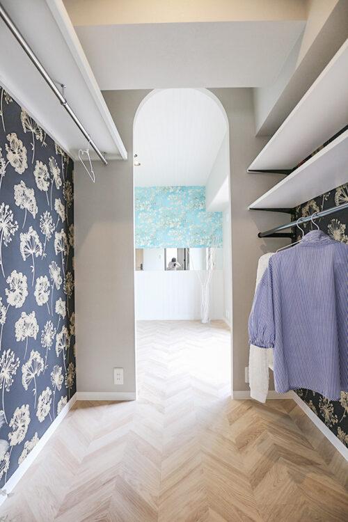 洋室6帖と洋室4.5帖のお部屋を繋ぐウォークインクローゼット。共用スペースとしてたっぷり収納出来ます。(2021年6月)撮影