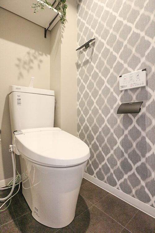 洗浄機能付きのトイレ。上部には収納棚も設置済み。(2021年6月)撮影