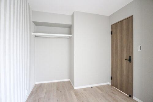 洋室4.5帖のお部屋。オープンクローゼットで魅せる収納に。(2021年6月)撮影