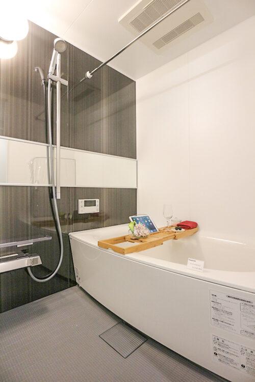 浴室には浴室乾燥機付き。ゆったりと浸かれる浴槽です。(2021年6月)撮影