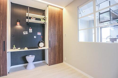 リビング横のリモートスペース。収納棚の扉をスライドして、使う時だけデスクとして使用できます。壁がマグネットパネルになっているので、ポストカードを飾ったり、色々な用途で活用できます(2021年6月)撮影