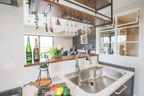 カウンターの棚にはグラスを収納できるグラスカウンター付き。お家に居ながらにして、バーにいるような非日常を味わえます。(2021年6月)撮影