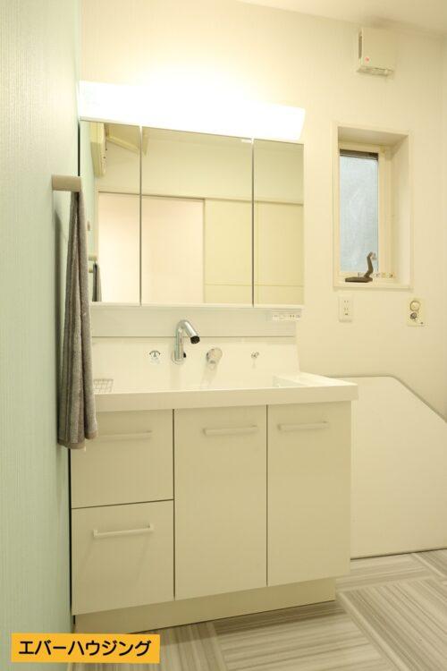 洗面台は新調済み。女性に嬉しい三面鏡の洗面化粧台です。