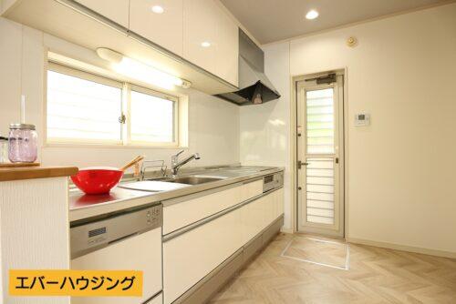 システムキッチン。勝手口からお庭へ出られます。小窓付きで換気に便利です。