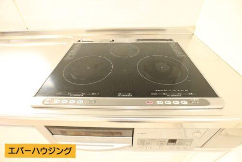 お手入れしやすく、汚れもさっと拭き取れるIHコンロのキッチンです。
