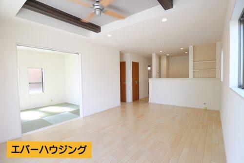 LDK18帖。天井には空調ファンがあり、夏でも涼しい空気を循環できます。和室と合わせると23帖の広々空間に♪