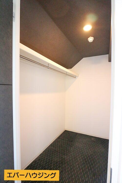 ウォークインクローゼット付きのお部屋です。※写真はルームクリーニング前です。