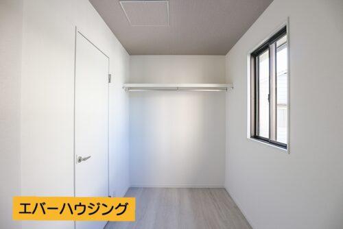 洋室のウォークインクローゼットです。 小窓もあるので、しっかり換気も出来ます。 ちょっとした書斎スペースにしても◎