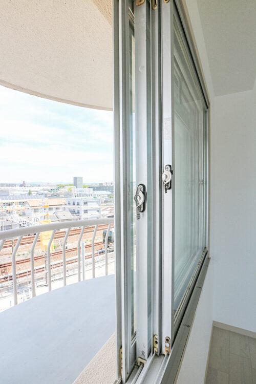 線路のある側のお部屋は、二重窓になっており、遮音対策を行っております。(2021年4月27日)撮影