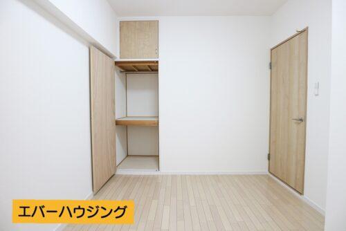 洋室5帖のお部屋です。 奥行きのある収納スペースもございます。