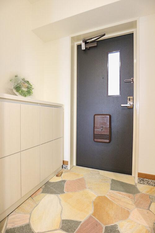 玄関スペースです。シューズボックス等も新調済みです。現地(2021年10月)撮影