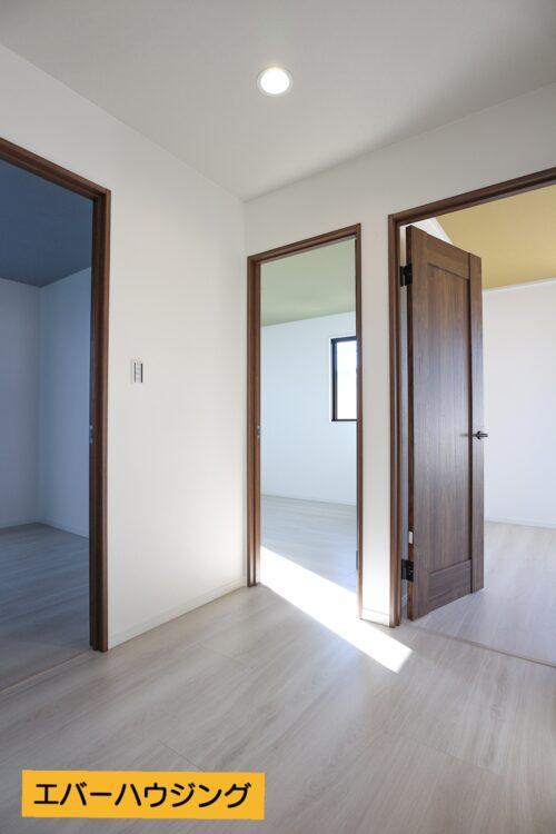 2階の居室はそれぞれ天井のアクセントクロスのカラーを変えています。お部屋ごとに違った雰囲気になります。