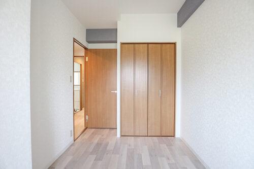洋室4.6帖のお部屋です。床とクロス全て貼り替え済みです。(2021年4月23日)撮影