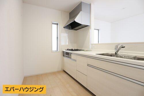 対面式のシステムキッチンです。 小窓付きで換気もしやすいです。