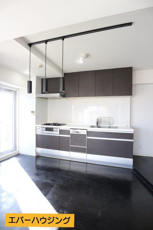 システムキッチンです。壁付けなのでリビングを広々使えます。 ※写真はルームクリーニング前です。