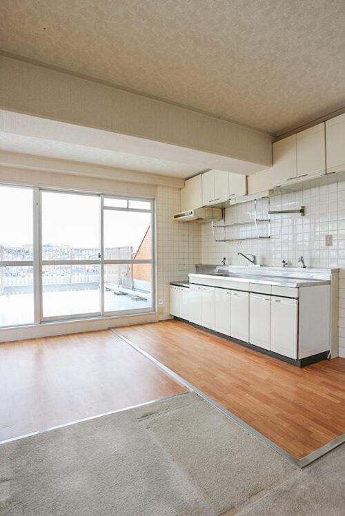 キッチンです。上部棚が多く収納たっぷりございます。