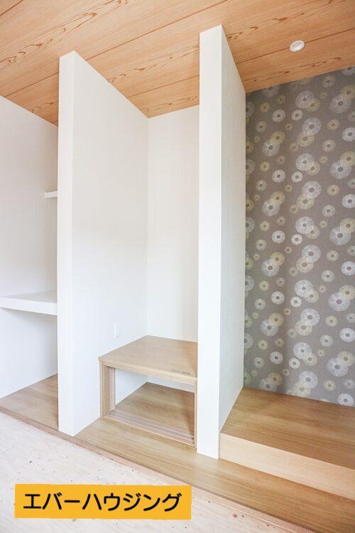 和室の床の間、仏間、収納スペースです。アクセントクロスがお洒落でモダンな和室です。