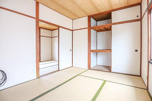 2階の和室6畳のお部屋です。 押入、天袋の収納もございます。 畳は全て2019年のリフォームで新調しております。