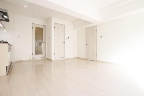 リビング11帖のお部屋です。リフォーム済みなで綺麗です♪白を基調としたクロスと床でお部屋が明るく感じます。現地(2021年7月)撮影