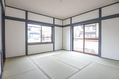 1階の和室8畳のお部屋です。床の間と押入がございます。畳表替え済み、障子と襖は貼り替え済み、クロスも貼り替え済みです。