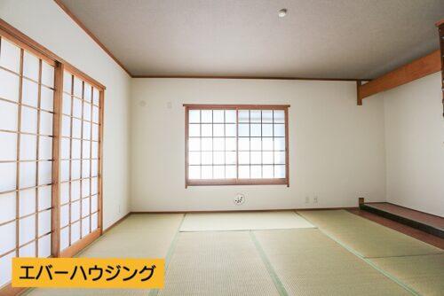 和室8帖のお部屋です。 2面採光で陽当たり良好です。