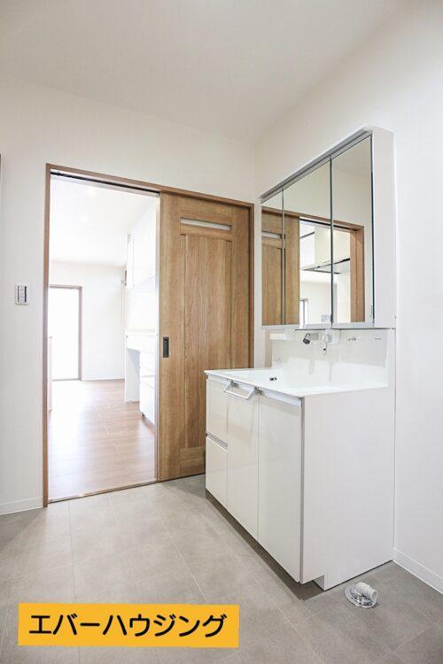 三面鏡の洗面化粧台です。洗面室は広々でお子様が多くても脱衣しやすい広さです。