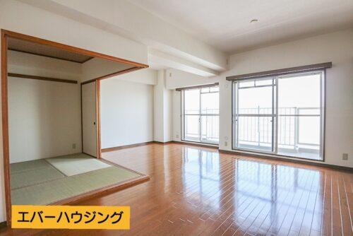 リビングは広々18.5帖ございます。 間仕切りを開放すると和室と合わせて24.5帖の広さに。