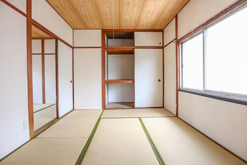 2階の和室4.5畳のお部屋です。押し入れ、天袋収納もあります。床の間があるので、生け花を飾ったりなども出来ます。