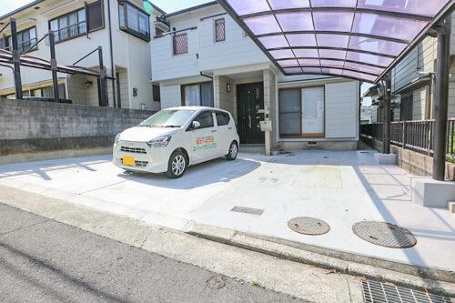 駐車スペース広々!カーポートもございます。現地(2021年4月20日)撮影