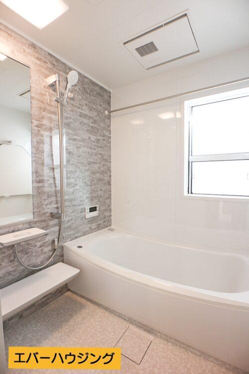 浴室乾燥機付きのバスルーム。 浴槽も広く、ゆったりできます。