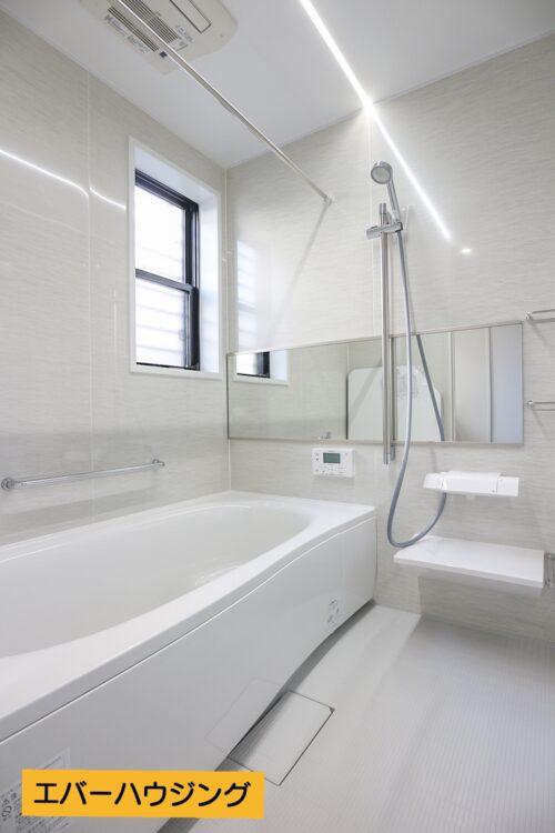 浴室は新調済み。浴室乾燥機も設置済みです。浴槽が広いので、ゆったりと浸かっていただけます。