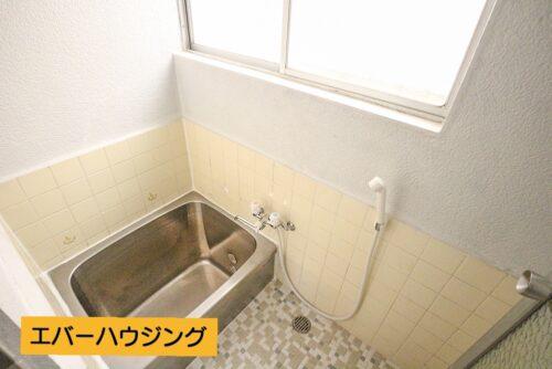 浴室です。小窓が付いているので換気もしっかり出来ます。