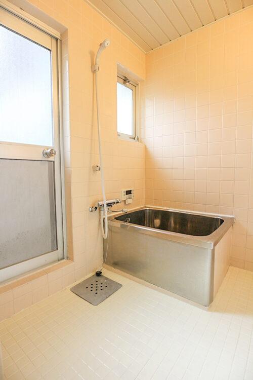 浴室です。給湯器は2016年時のリフォームで交換済みです。(2021年5月16日)撮影